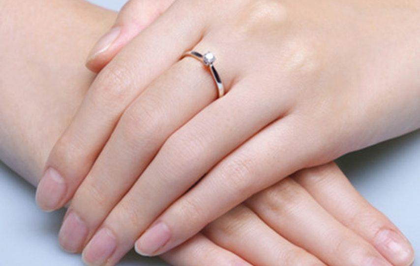 Chiếc nhẫn cầu hôn được các nàng đeo vào ngón chính giữa của bàn tay trái.