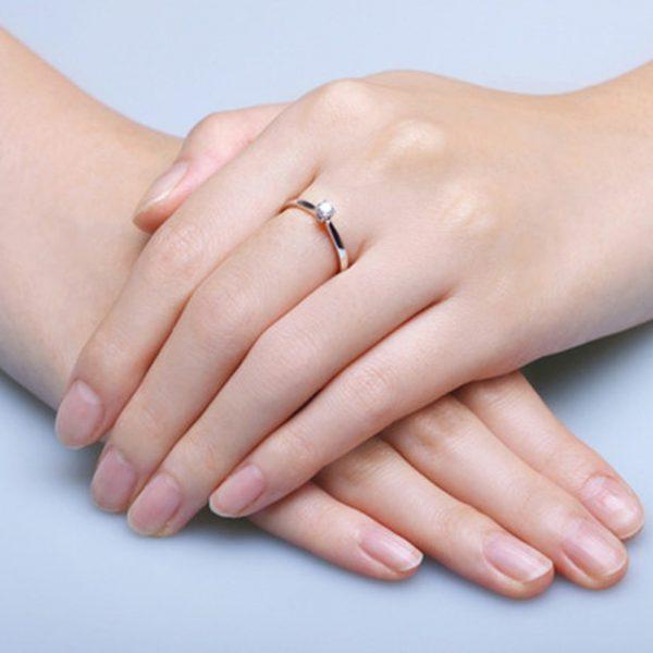 Bạn có biết nhẫn đính hôn đeo ngón tay nào không?